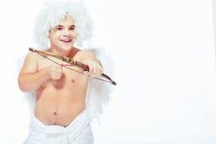 Λίγος άγγελος με μια τοποθέτηση τόξων Στοκ Εικόνες