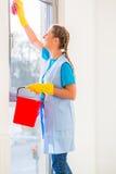 有布料的清洁女工 免版税图库摄影
