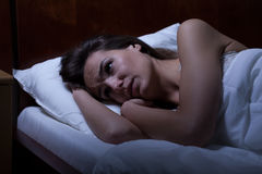 Женщина не может спать во время ночи Стоковая Фотография RF