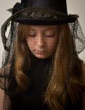 Девочка-подросток имбиря в викторианской шляпе катания Стоковые Изображения