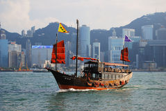 传统小船在香港,中国维多利亚港口  图库摄影