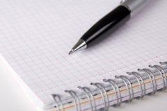 Блокнот с проверенными страницами и ручкой Стоковые Фото