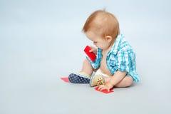 Ребенок держа карточку Стоковое фото RF