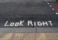 看写在柏油碎石地面路 可能政治隐喻 免版税库存照片