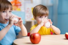 在家吃健康食物的孩子 免版税库存照片