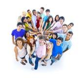 举行手友谊概念的大小组人民 免版税图库摄影