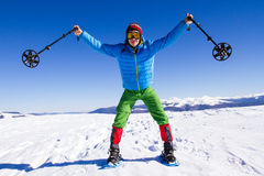 远足在雪靴的山的冬天有背包和帐篷的 库存照片