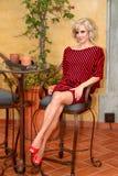 Πρότυπο με το μαύρο και κόκκινο ριγωτό φόρεμα πουλόβερ φτερών ροπάλων Στοκ εικόνες με δικαίωμα ελεύθερης χρήσης