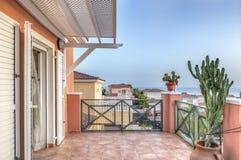 在美丽的别墅的太阳大阳台 免版税库存图片