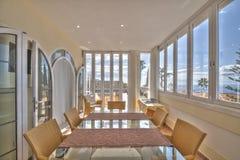 在美丽的别墅的太阳大阳台 免版税图库摄影