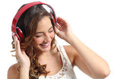 Νέα ευτυχής απόλαυση γυναικών που ακούει τη μουσική από τα ακουστικά Στοκ εικόνες με δικαίωμα ελεύθερης χρήσης
