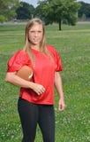 性感的白肤金发的女子美国橄榄球运动员 免版税图库摄影