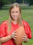 性感的白肤金发的女子美国橄榄球运动员 免版税库存照片