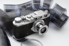 黑色照相机影片测距仪葡萄酒白色 免版税库存照片