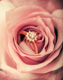 Δαχτυλίδι αρραβώνων διαμαντιών στο ροδαλό λουλούδι Στοκ Εικόνες
