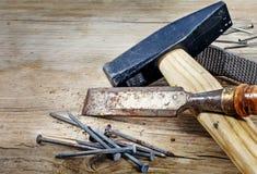 在背景的老工具从土气木头 库存图片