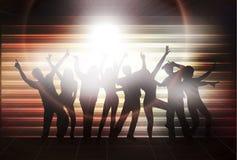 Χορεύοντας γυναίκες και άνδρες με το υπόβαθρο Στοκ εικόνα με δικαίωμα ελεύθερης χρήσης