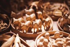 在市场上卖的手工制造木玩具 免版税库存图片
