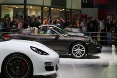 Автомобили спорт на дисплее на автосалоне Стоковые Изображения RF