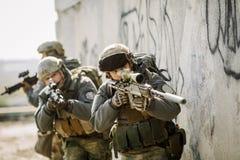 战士猛冲了大厦被抓住的敌人 免版税库存照片