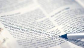 Бог сигнала крупного плана детали с нами Священное Писание в библии Стоковое фото RF