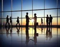 Η συμφωνία συνεργασίας επιχειρηματιών πετυχαίνει την έννοια Στοκ Εικόνες