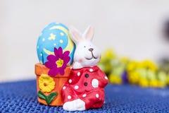 与桃红色花的黄色复活节兔子蛋鸡蛋 免版税库存图片