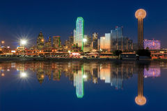 在微明的达拉斯城地平线 免版税库存图片