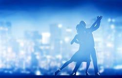 浪漫夫妇舞蹈 典雅的经典姿势 明亮的城市少数点燃许多夜生活路出租汽车换行 库存图片