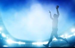 奔跑的结束在体育场的在夜点燃 横跨地 免版税库存照片