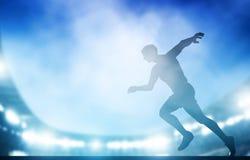 奔跑的开始在体育场的在夜点燃 横跨地 免版税库存图片