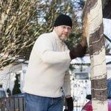 Человек делая рутинные работы по дому Стоковая Фотография