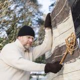 Человек делая рутинные работы по дому Стоковое Фото