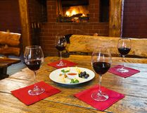 Ρομαντικό γεύμα για δύο κοντά στην εστία Στοκ Φωτογραφία