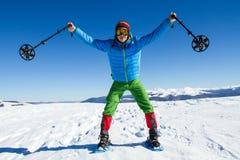 远足在雪靴的山的冬天有背包和帐篷的 免版税库存照片