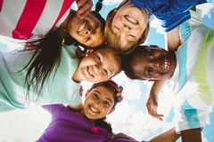 Πορτρέτο των ευτυχών παιδιών που διαμορφώνει τη συσσώρευση Στοκ Φωτογραφία