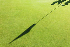 在高尔夫球场的高尔夫球旗子 免版税库存照片