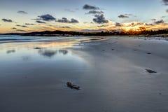 在日落的白色海滩 免版税库存图片
