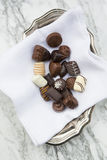 在布料餐巾的巧克力在碗 库存图片