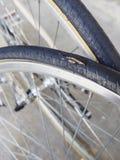 被刺的轮胎自行车车轮分开服务 免版税库存照片