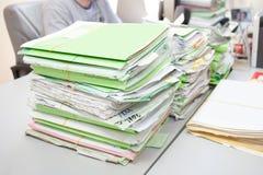 在书桌上的文件夹 免版税库存图片