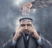 有纸的人在他的脑子 免版税库存图片