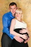 Κομψό έγκυο ζεύγος Στοκ Εικόνες