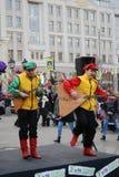音乐家在街道上的戏剧俄式三弦琴 免版税图库摄影