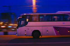 公共汽车在晚上移动 免版税库存图片