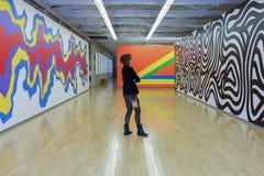 看现代艺术的妇女在博物馆 免版税库存照片
