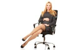 Беременная женщина сидя на кресле Стоковые Изображения