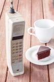 有杯子的葡萄酒手机 免版税库存照片