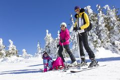 在滑雪倾斜的家庭 免版税库存图片