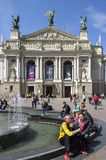 在歌剧和芭蕾剧院的喷泉  图库摄影